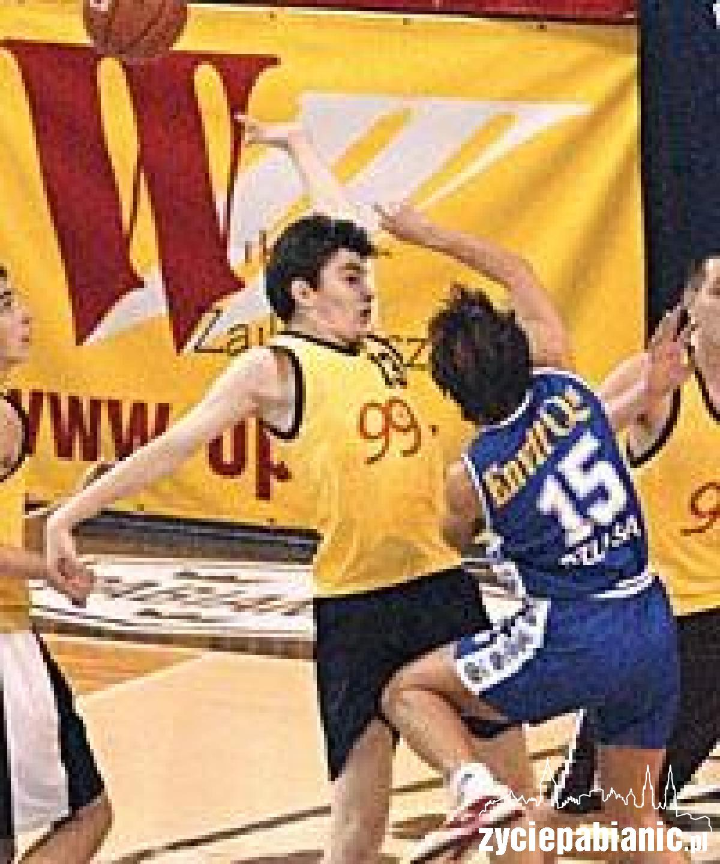 Koszykarki Polfy (niebieskie stroje) bez pardonu walczyły o każdą piłkę