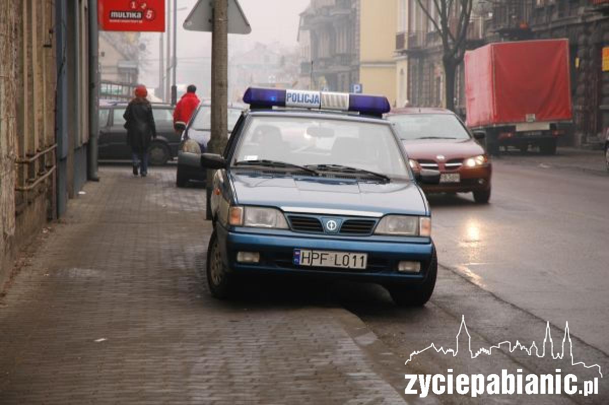 Funkcjonariusze na służbie nawet nie zauważyli, że za nimi stał nieprawidłowo zaparkowany samochód.