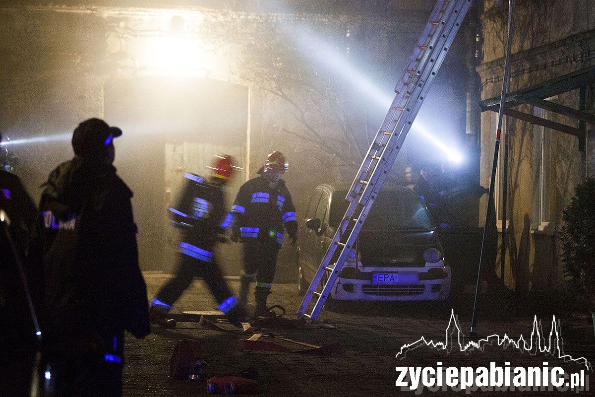6 zastępów straży walczyło z ogniem. Mieszkańcy ewakuowani