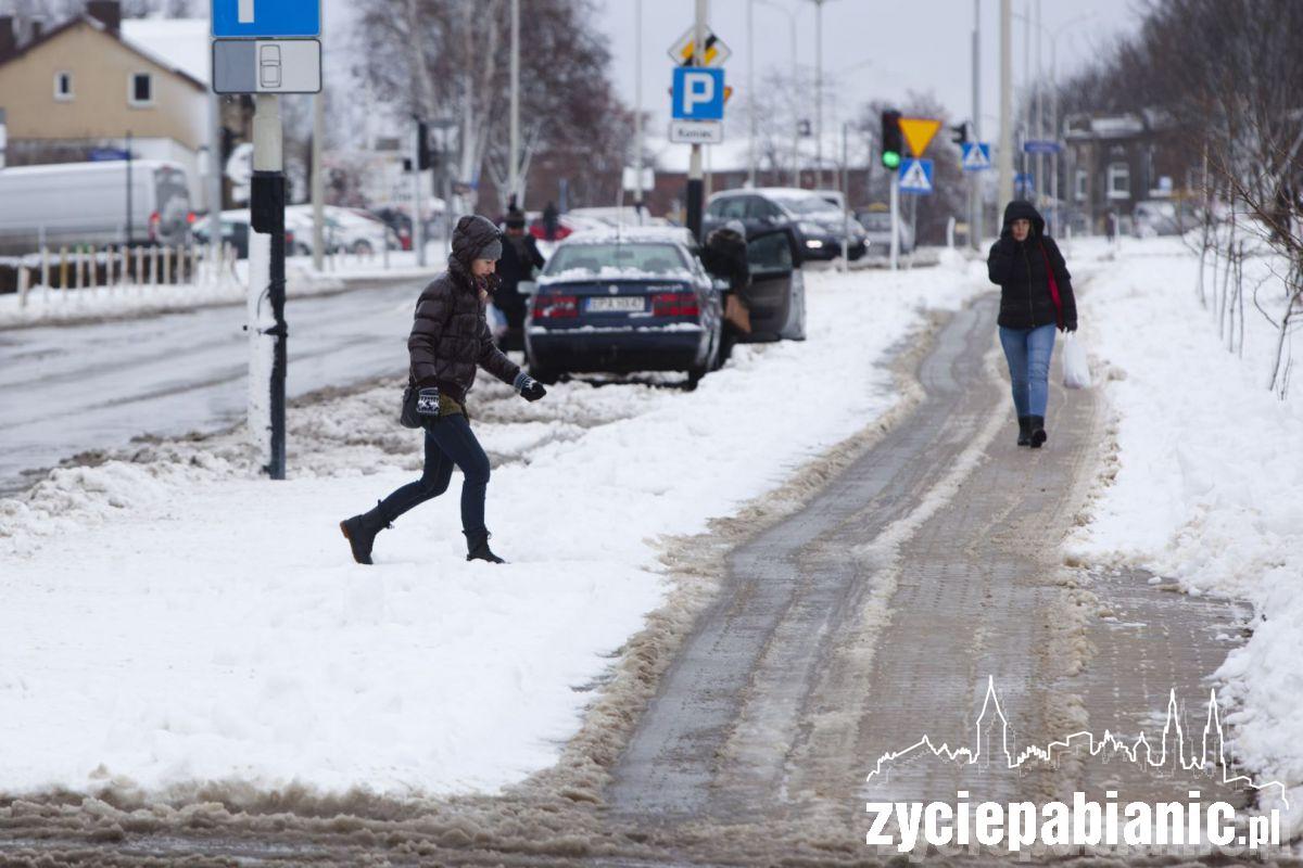 Nieodśnieżone przejścia dla pieszych. Od chodnika muszą pokonać zwały śniegu zgarniętego z jezdni