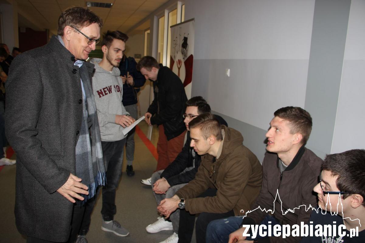 15 marca starosta Krzysztof Habura odwiedził w Pabian-Medzie Powiatową Komisję Lekarską i rozmawiał z osobami, które zgłosiły się w tym dniu na komisję
