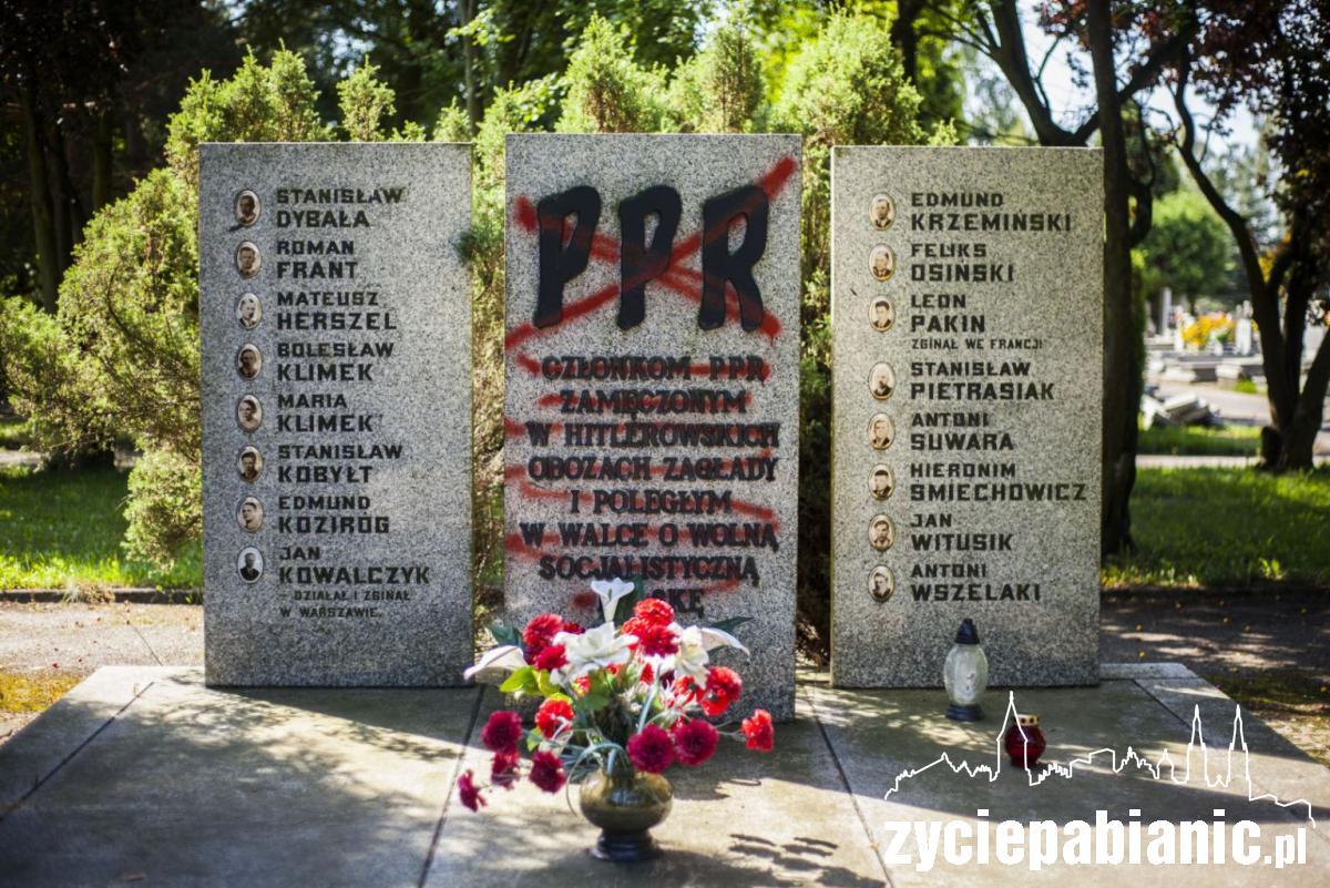 Rok temu pomnik został pomazany czerwoną farbą