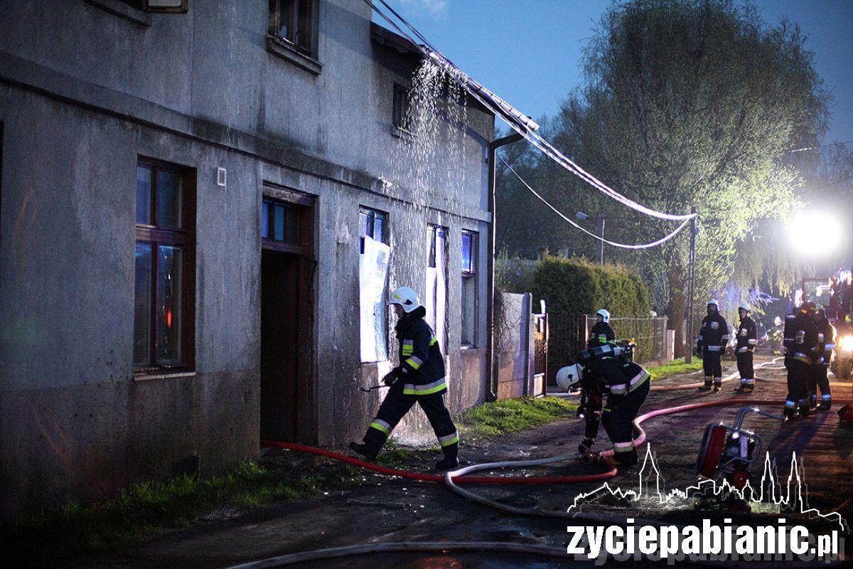 Pożar wybuchł na strychu. Strażacy muszą rozebrać dach, by dostać się do zarzewia ognia