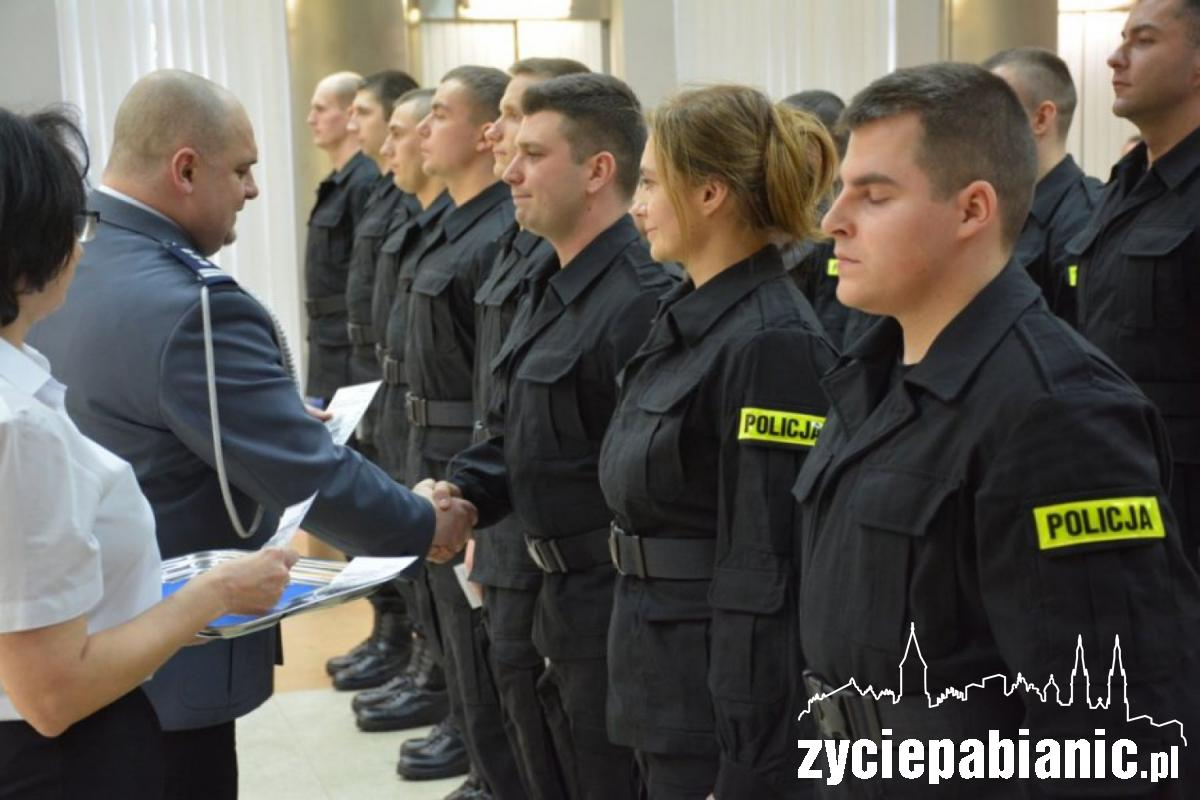 Ślubowanie nowo przyjętych policjantów odbyło się w auli Komendy Wojewódzkiej Policji w Łodzi