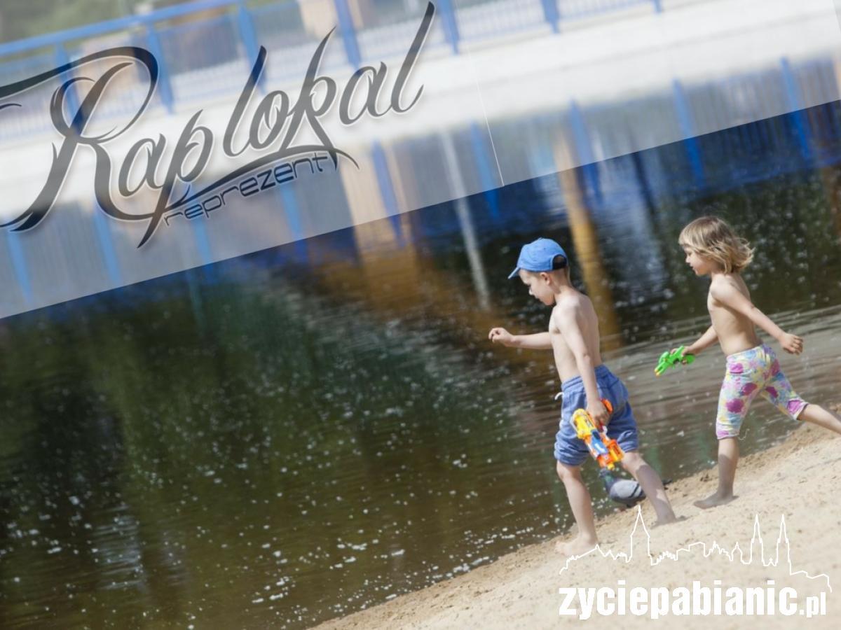 dzieci bawią sie na lewitynie życie pabianic rap lokal