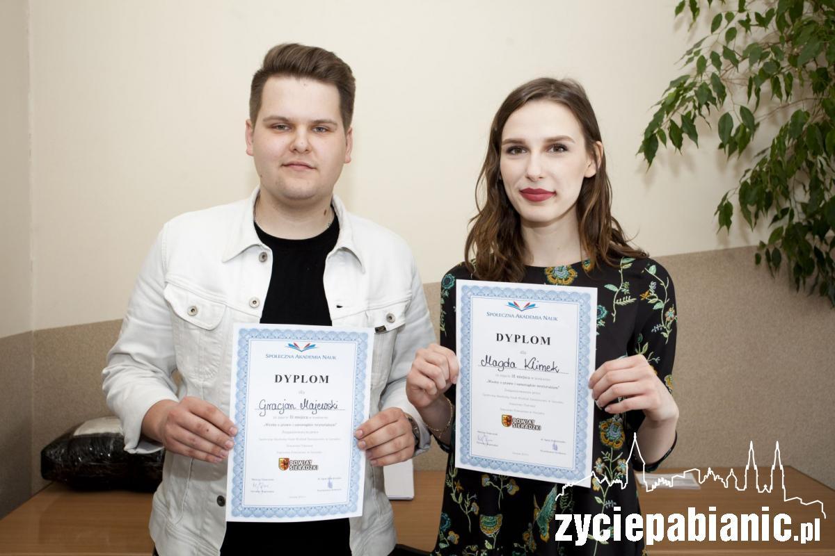 Laureaci konkursu prawniczego z II LO Życie Pabianic